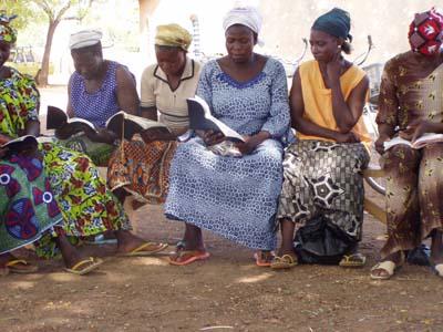 Lire la Parole de Dieu en ninkare. Reading God's Word in Ninkare.
