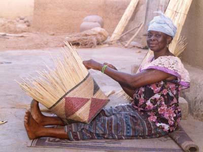 Tissage de paniers / corbeilles. Weaving baskets.